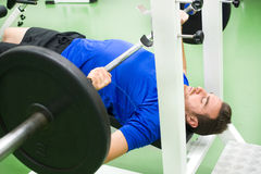 Young strong man lifting weights in the gym Royalty Free Stock Photography