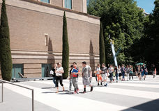 Young students arrive at the Portland Art Museum Stock Photo