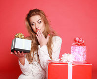 Young surprised smiling woman holding gift Royalty Free Stock Photos