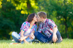 Young teen couple kissing Royalty Free Stock Photos