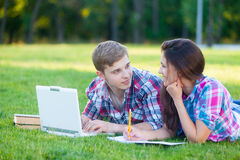 Young teen couple with laptop computer Royalty Free Stock Photos