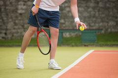Young tennis player about to serve Royalty Free Stock Photography