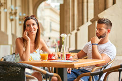Young tourist couple at a table Royalty Free Stock Images