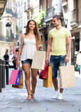 Young tourists in shopping tour. Happy couple  hunting after souvenirs in shopping tour Royalty Free Stock Photos