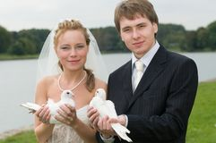 Young wedding couple with pigeons Royalty Free Stock Photography