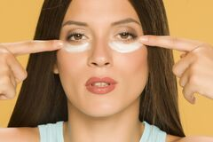 Free Young Woman Applying A Creme On Her  Low Eyelids Royalty Free Stock Photos - 169261828