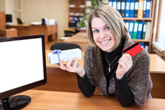 Young woman with credit card and gift Royalty Free Stock Photos