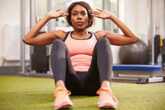 Young woman doing crunches in a gym Royalty Free Stock Photos