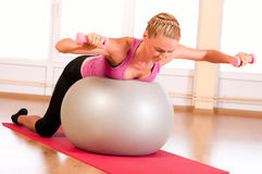 Young woman doing fitness exercise with fit ball Royalty Free Stock Photos