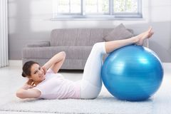 Young woman doing sit-ups smiling Royalty Free Stock Photos