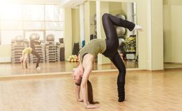 Young woman doing standing split in fitness class Royalty Free Stock Photos