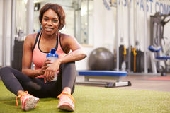 Young woman drinking water in a gym, with copy  space Royalty Free Stock Photos