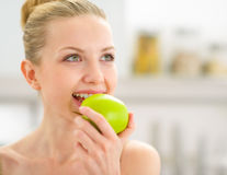 Young woman eating apple Stock Photography