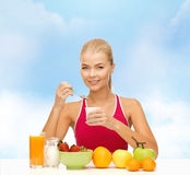 Young woman eating healthy breakfast Royalty Free Stock Photos