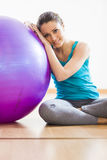 Young woman exercising with physioball at gym Royalty Free Stock Photos