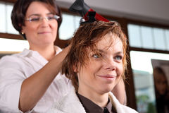 Young woman gets a hairdo in the beauty- Stock Photos