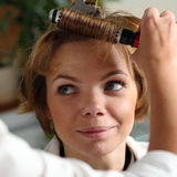 Young woman gets a hairdo in the beauty-shop Royalty Free Stock Photography