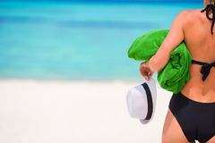 Young woman with green beach towel during tropical Royalty Free Stock Images