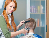 Young woman the hairdresser does ahairstyle Royalty Free Stock Photos