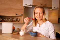 Healthy breakfast. Young woman having a bowl of cereal Royalty Free Stock Photo