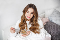 Young woman having breakfast in bed at the morning Royalty Free Stock Photography