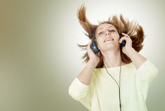 Young woman with headphones listening music Royalty Free Stock Photos