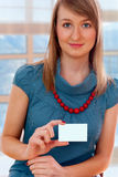 Young woman holding a blank business card Royalty Free Stock Photos