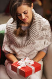 Young woman holding christmas present box Royalty Free Stock Photography