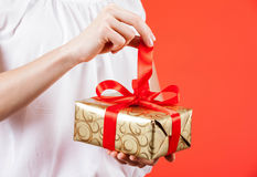 Young woman holding a gift Royalty Free Stock Photos