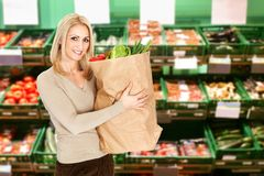 Young woman holding a grocery bag Royalty Free Stock Photos