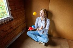 Young woman juggling Royalty Free Stock Photography