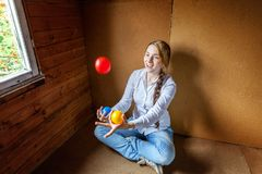 Young woman juggling Stock Photography