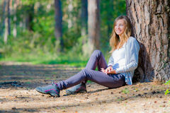 Young woman leaned back on a tree Royalty Free Stock Photos
