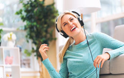 Young woman listening to music on headphones Royalty Free Stock Photos