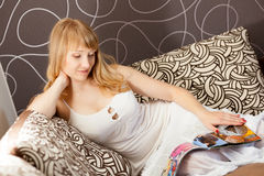 Young woman with magazine Royalty Free Stock Images