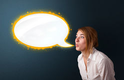 Young woman with modern speech bubble Royalty Free Stock Photos