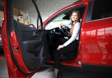 Young woman in new car smiling Royalty Free Stock Photos