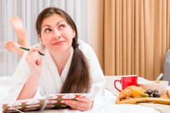 Young woman with a notebook and breakfast Royalty Free Stock Photos