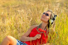 Young woman outdoor listening to music Royalty Free Stock Photos