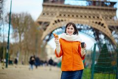 Young woman in Paris with coffee and croissant Royalty Free Stock Photos