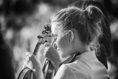 Young woman playing the violin at outdoors Royalty Free Stock Images