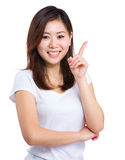 Young woman pointing up Royalty Free Stock Images