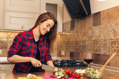 Young woman preparing healthy salad and smiling Royalty Free Stock Photography
