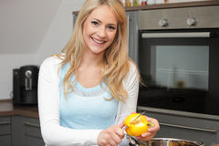 Young woman preparing vegetables for dinner Royalty Free Stock Photos