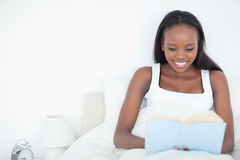 Young woman reading a book Royalty Free Stock Images