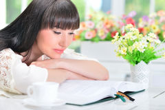 Young woman reading book Royalty Free Stock Images