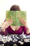 Young woman reading a book Royalty Free Stock Photos
