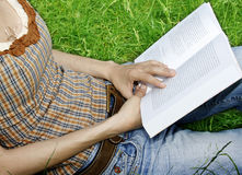 Young woman reading a novel Royalty Free Stock Photos
