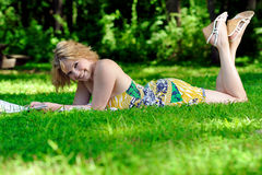 Young woman reading in a park Royalty Free Stock Photography