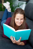Young  woman reading on the sofa Royalty Free Stock Photography